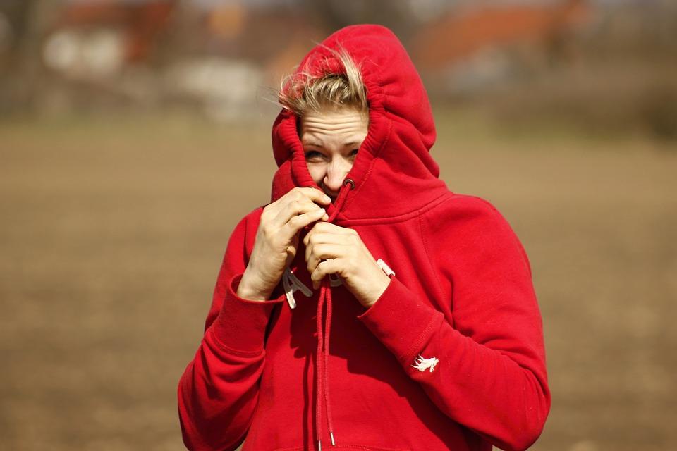 dívka v červené mikině