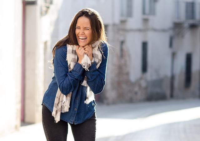 veselá žena na ulici