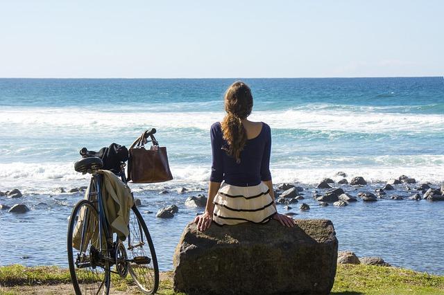 žena s kolem u mořského pobřeží