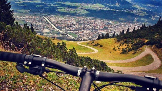 řídítka horského kola nad Insbruckem